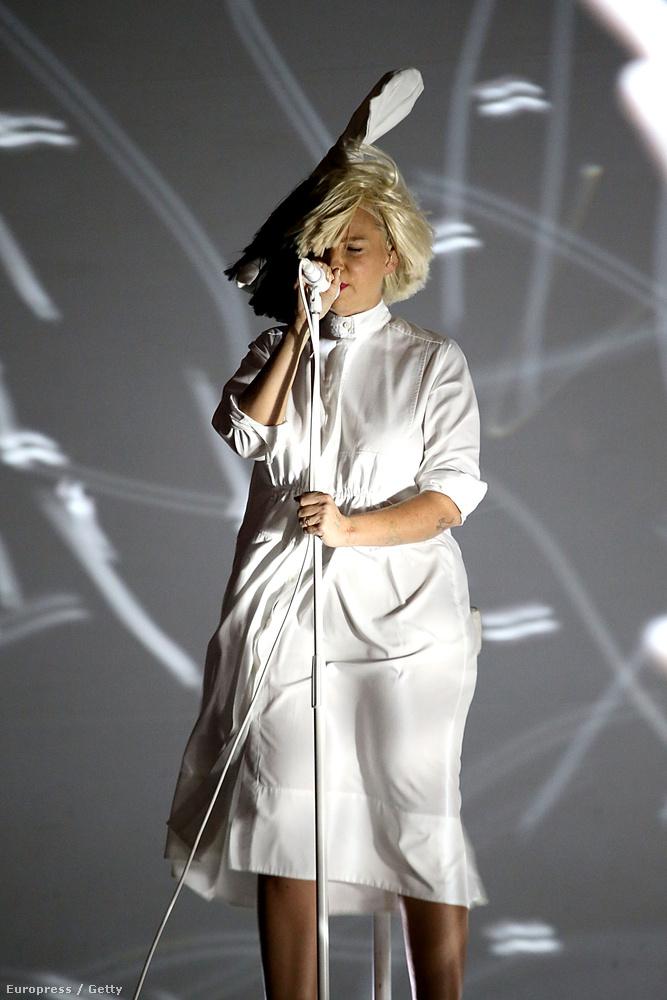 Épp ezért, szinte szenzációként tálalta a BuzzFeed azt a június 22-i pillanatot, mikor a szélnek köszönhetően Sia megvillantotta, mi van a hajfüggöny alatt