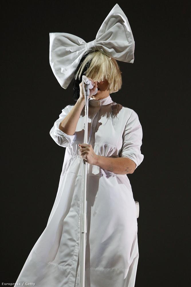 Ugye megvan ki az a Sia? Óránként hallani számait a rádióban, miközben a bulvársajtó próbál elkapni egy olyan pillanatot az énekesnőről, amikor látszódik az arca