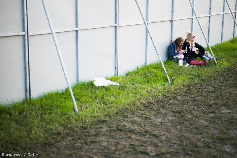 Székek nincsenek, aki fesztiválra megy, üljön a földre!