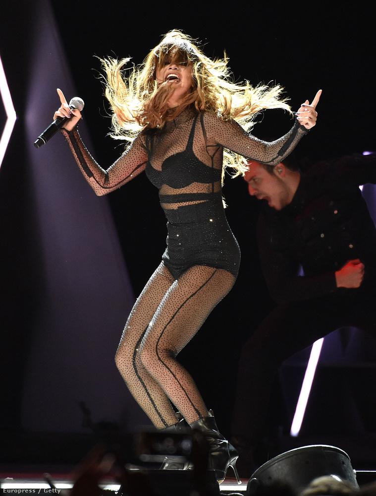 Mint bizonyára rájöttek, a fotókat nem kronológiai sorrendbe rendeztük, így lehet, hogy ezen a felvételen az énekesnő nem visel uszályt,