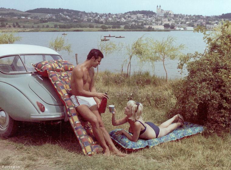 A strandlabda mellett a felfújt gumimatrac sajátos szaga éppúgy a fontos balatoni nyári emlékek közé tartozik, mint a lángos és a hekk