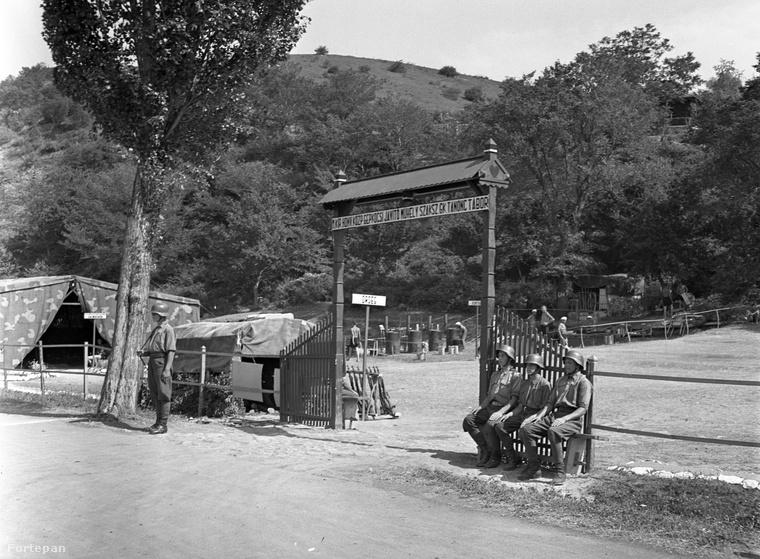 A második világháború idején a tanonc tábor bejáratát őrök védték