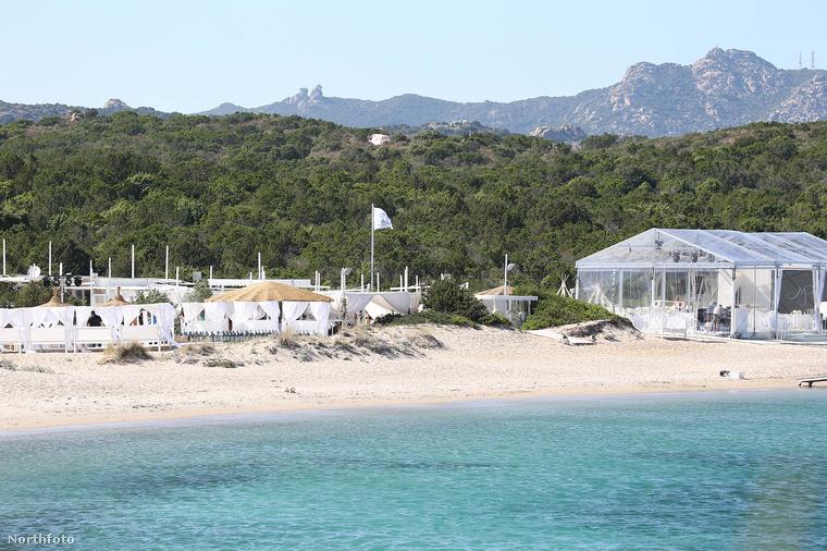 A pár imádja Szardíniát, ahol már korábban is nyaraltak, minden bizonnyal egy ilyen alkalommal választották ki esküvői helyszínül a szigeten található Porto Cervo nevű települést, és annak tengerpartját