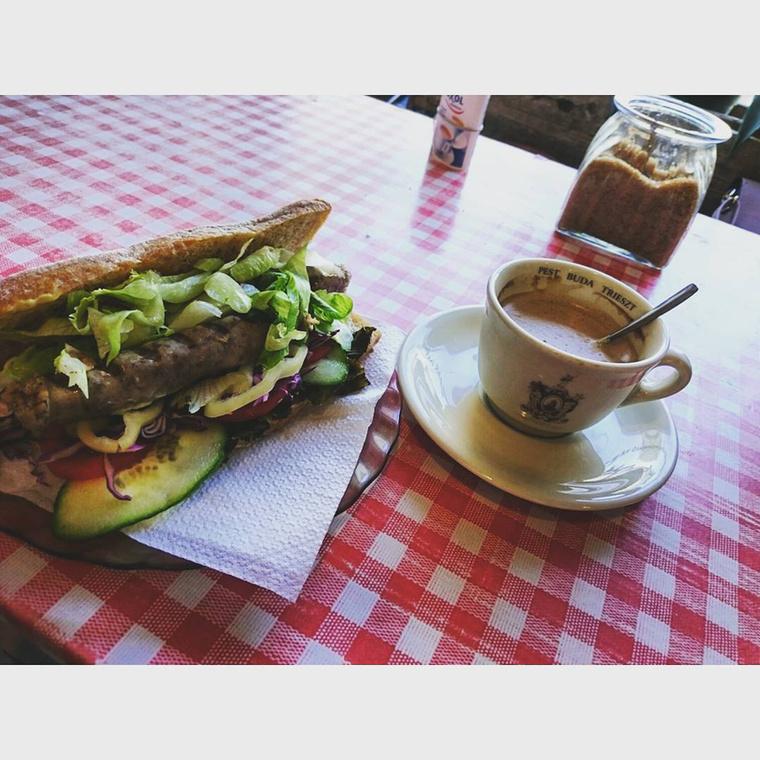 Jakabos Zsuzsa egy évvel ezelőtt ette ezt                          a szendvicset Budapesten, ami annyira jól néz ki, hogy a galériában a helye