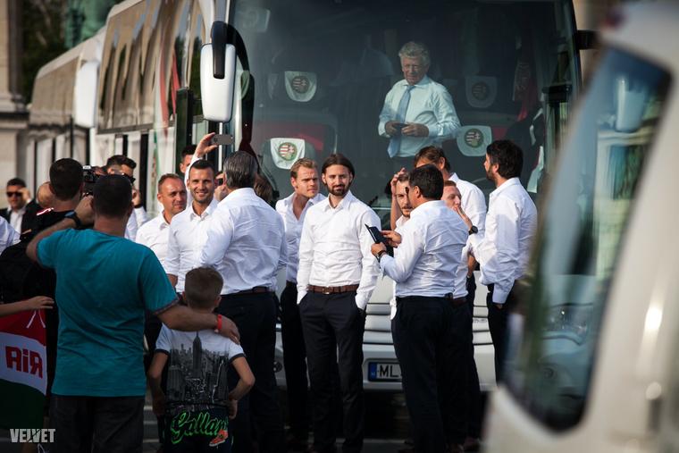 Pontban fél hétkor pedig be is gördült a Hősök terére a magyar labdarugó-lválogatott két busza.Sok szép, tehetséges, öltönyös sportolóval.