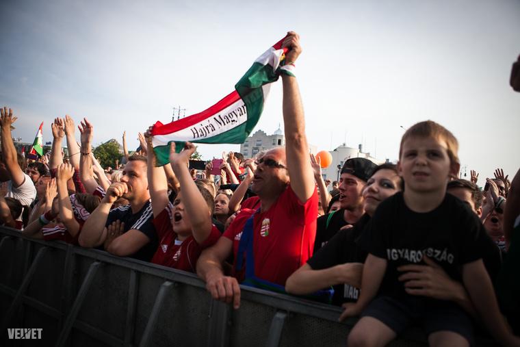 A tömeg, ebben a pillanatban kicsit meg is őrült.