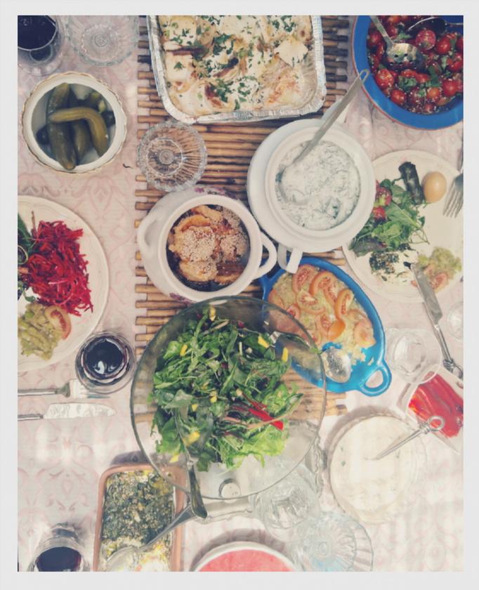 Steiner Kristóf vegán rakott krumplit                          és többféle salátát készített többedmagával, könnyű nyári családi ebédnek tűnik a telepakolt asztal
