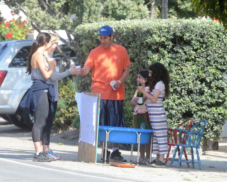 Adam Sandler tavaly, a háborús hősök emléknapján állt ki limonádét árulni gyerekeivel Malibuban