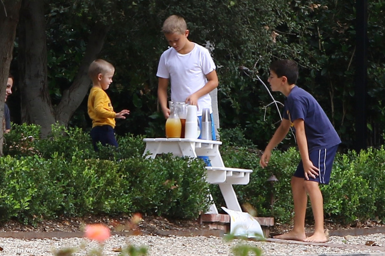 Reese Witherspoon fiai, Deacon és Tennessee pöpec standot építettek a limonádéjuknak