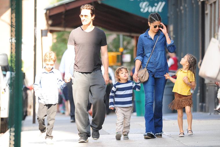 A fotók hétfőn New Yorkban készültek, és azt láthatja rajtuk, ahogy a feleségével, a 34 éves Camila Alvesszel, illetve három gyermekükkel, a 3 éves Livingstonnal, a 6 éves Vidával és a 7 éves Levivel sétálnak az utcán.