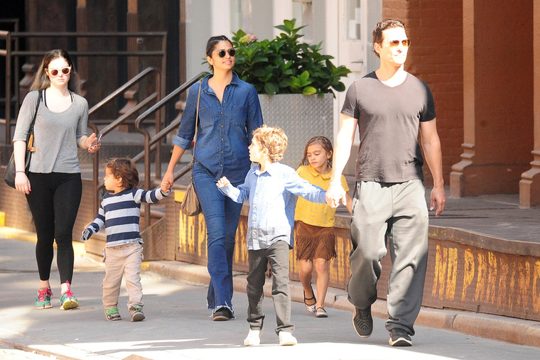 A 46 éves Matthew McConaughey mostanság aDark Tower című filmet forgatja Fokvárosban, de azért szülői kötelezettségeiről sem feledkezik meg