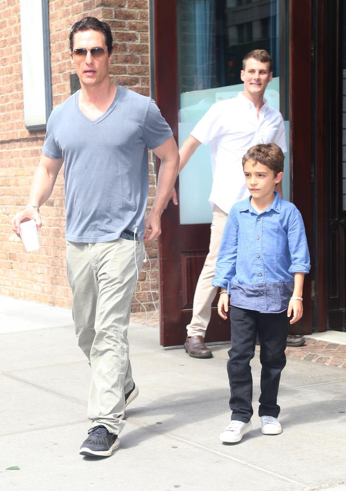Itt Levivel távoznak az étteremből, miközben a háttérben lévő fickóba belehasít a felismerés, hogy egy híres embert lát.