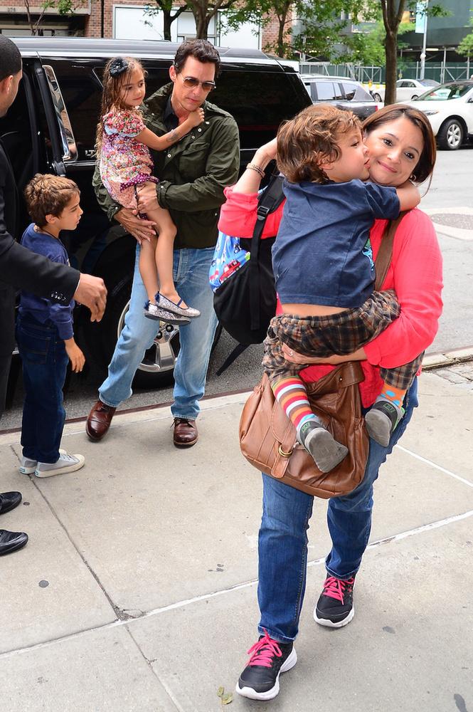Livingston viszont már nem félt el a kezében, így a legkisebb gyerek cipelésének terhe a bébiszitterre hárult