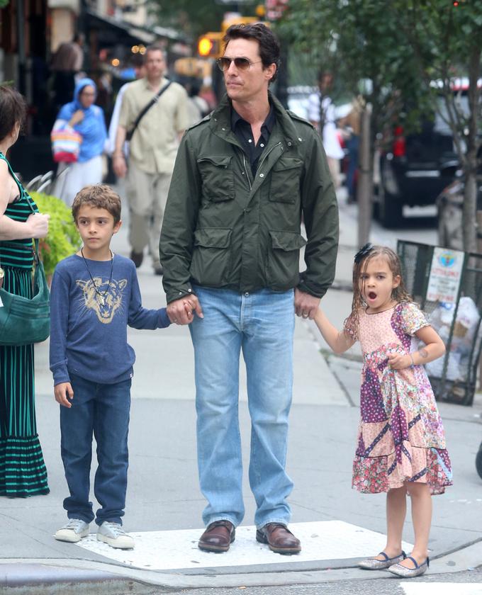 Matthew McConaughey másnap a felesége nélkül, Levivel és Vidával vette a nyakába a várost.