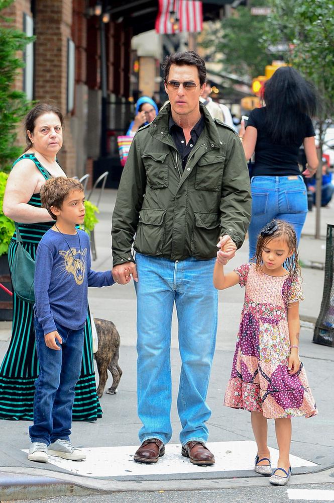 A színész példás apai képességeit megcsillogtatva végig fogta a kezüket.
