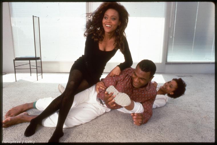 Tyson háromszor házasodott, a képen első felesége, Robin Givens színésznő látható, aki többször is erőszakkal vádolta Tysont