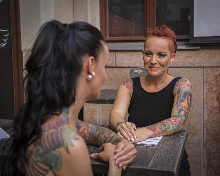 A lányok mélyenszántó beszélgetéseit néha megtámogatja egy-egy diszkréten kivillanó, hasonlóan átütő idézet is