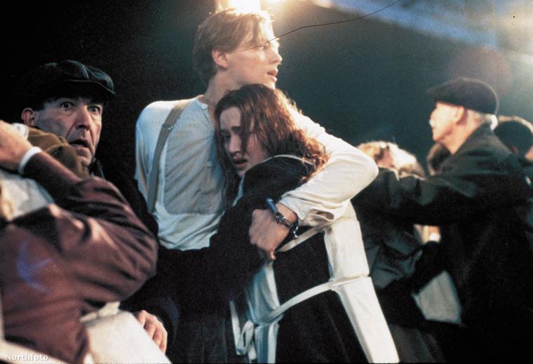 TitanicA Titanicban legalább vártak a film végéig, hogy Jack, vagyis Lenarod DiCaprio elsüllyedjen a jeges vízben