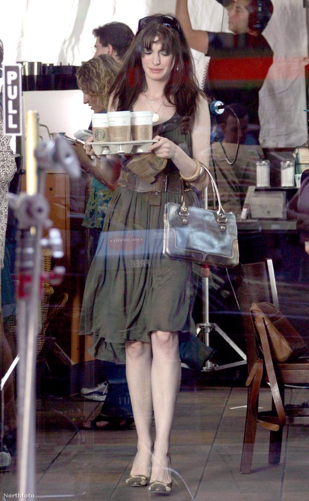 Asszisztenseit - péládul az új lányt, akit Anne Hathaway alakított - pedig Wintour asszisztenseiről.