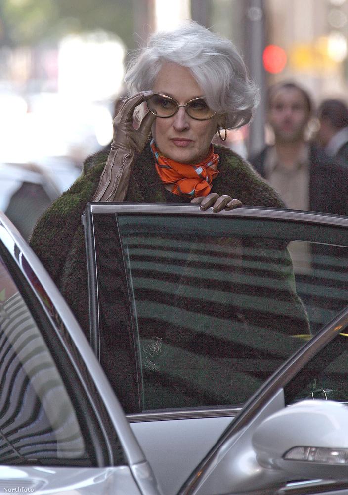Vissztérve a ruhákra, Meryl Streep a filmben hordott ruháit jótékonysági aukcióra bocsátotta.