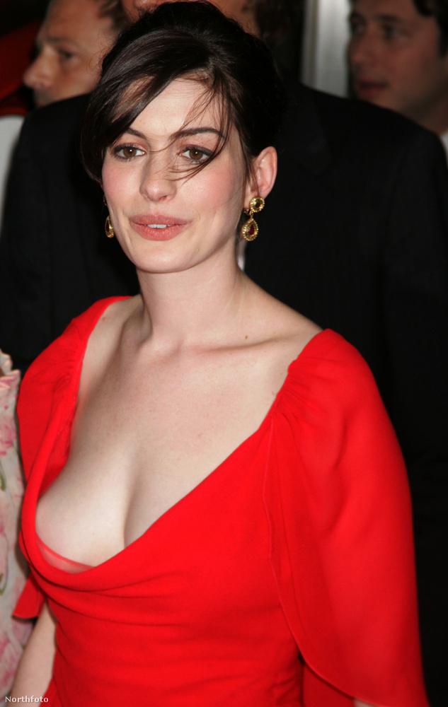 Ahhoz képest, hogy Hathaway sokat tanulhatott a filmből a divatról és az öltözködésről, Az ördög Pradát visel bemutatóján erős divatbakit követett el azzal, hogy majdnem kiesett az egyik melle.