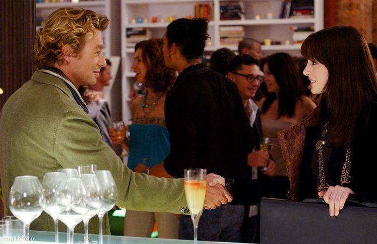 A filmben szerepel még Simon Baker, aki sikeresen elcsábítja Andy-t, vagyis Anne Hathawayt...