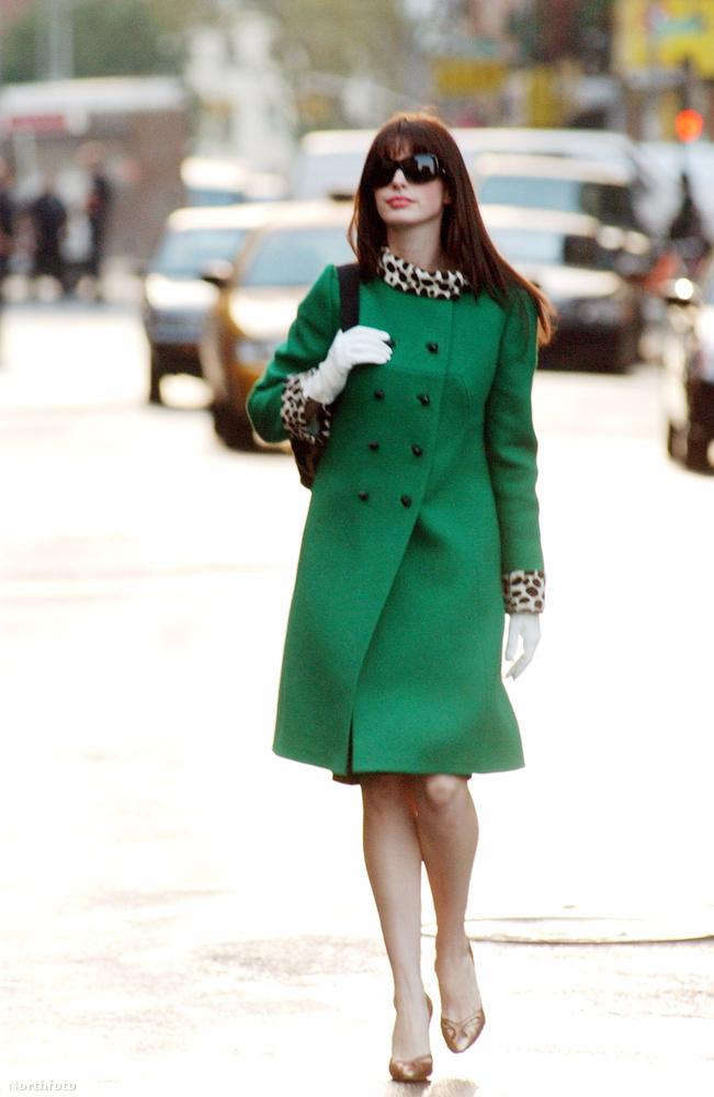 A filmben egyébként összesen egymillió dollár, vagyis több százmillió forintnyi ruhát használtak fel, de mivel a film öltöztetőjének, Patricia Fieldnek összesen 100 ezer dollár állt csak rendelkezésére, a ruhák nagy részét kölcsönbe kapta