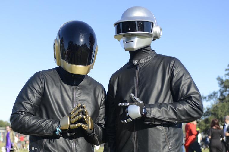 Nem sokon múlt , hogy együtt dolgozzon a Daft Punkkal2002-ben egy interjúból kiderült, hogy Spears közös munkára készült a Daft Punkkal, amiből végül persze nem lett semmi