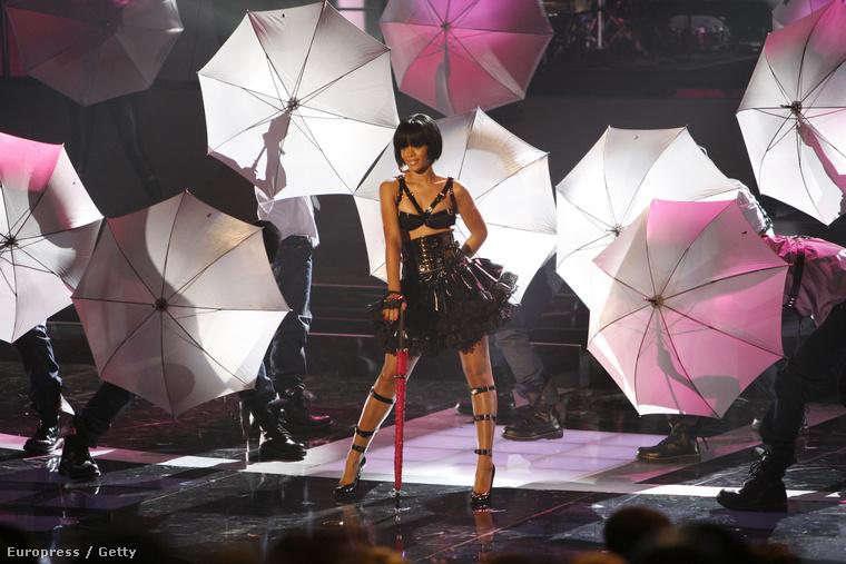 Az Umbrella című számot viszont Spearsnek írtákMégis Rihanna kapta meg végül, mert Spearsnek nem jött be