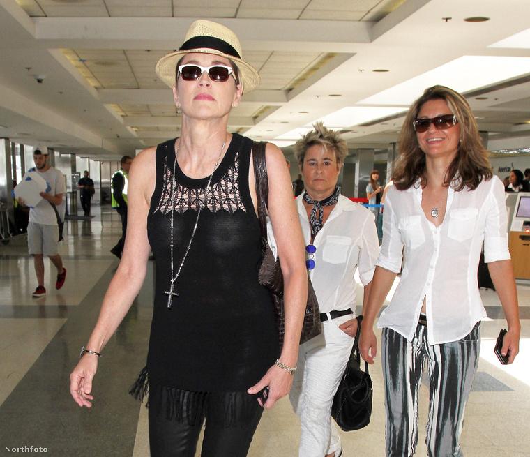 Júniusban a Los Angeles-i repülőtéren demonstrálta, hogy neki bizony még bőven belefér a melltartótlanság.