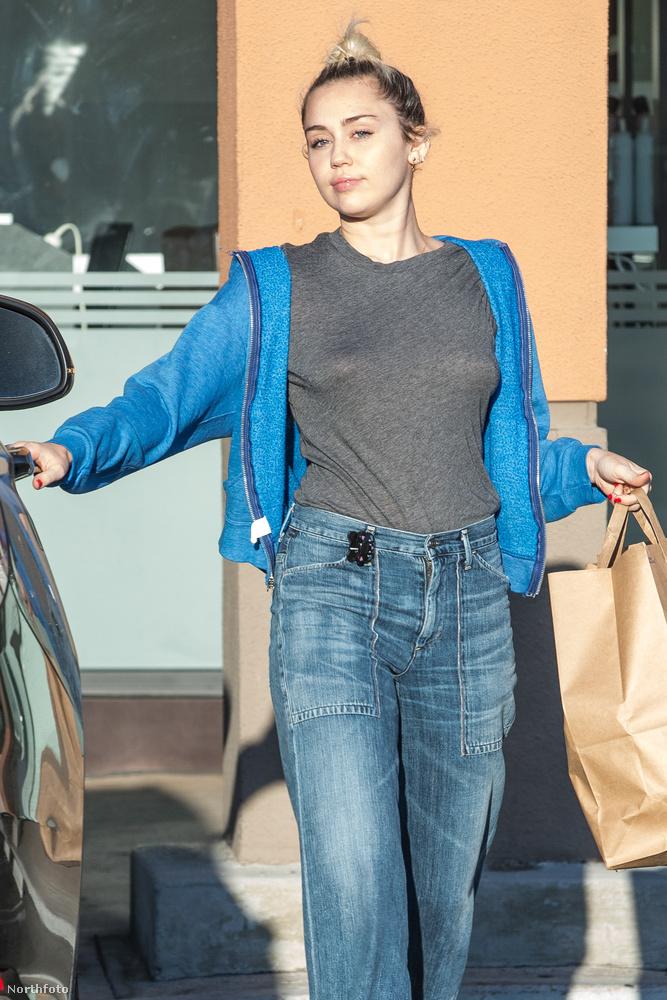 A témában szintén komoly tapasztalatokkal bíró Miley Cyrus július elején Woodland Hillsben nélkülözte a melltartót,