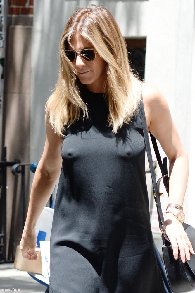 Jennifer Aniston június végén New Yorkban engedett a melltartó nélküliség csábításának.