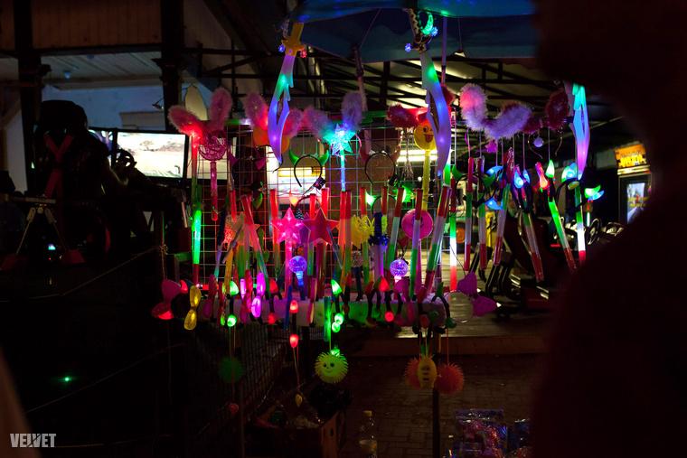 Kikerülhetetlen a villogó, zenélő, neon izék kínálata