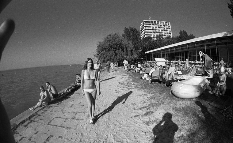 Ugorjunk ismét vissza az időben! Egy ismeretlen bikinis nő, akit még a parton ülő urak is megnéztek