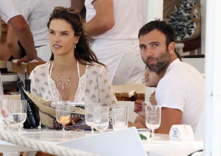Alessandra Ambrosio a vőlegényével, Jamie Mazur-ral és két gyerekükkel Spanyolországban, Formenterán pihenik ki az élet fáradalmait