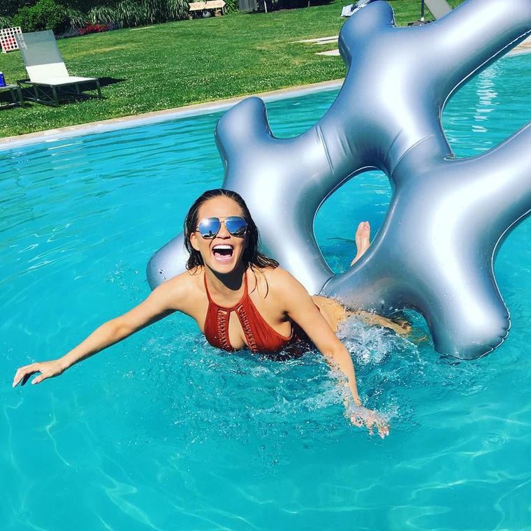 Chrissy Teigen egy medencében örült, a modell feltehetően az amerikaiak nemzeti ünnepét, a Függetlenség napját ünnepelte így.
