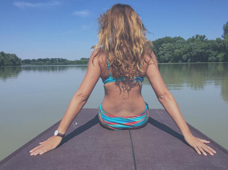Azt viszont tudjuk, hogy Horváth Éva, aki szinén szépségkirálynő/műsorvezető, a Tisza-tónál pihent.