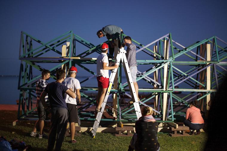 Magyar egyetemek építészeti, belsőépítészeti vagy tájépítészeti karairól érkezett diákjai olyan installációkat alkottak, amelyek igen erős vizuális tartalommal töltötték meg Csopakot