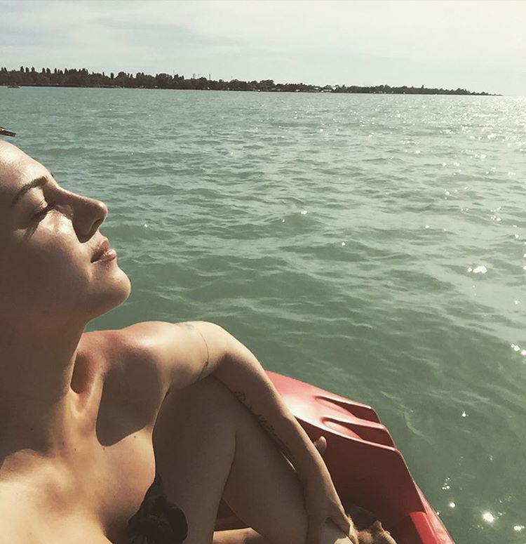 Az énekesnő láthatóan élvezte a napsütést.