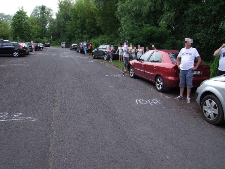"""Azért egy """"bocs, véletlen volt"""" cetlit igazán hagyhatott volna az a 30 éves soproni férfi, aki 7 autót alázott le Keszthelyen, a Csíki Gergely sétányon."""
