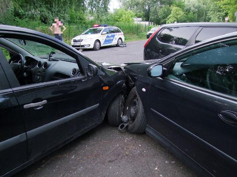 A továbbiakban a Keszthelyi Rendőrkapitányság Közlekedésrendészeti Osztályán büntetőeljárás indul ellene ittas vezetés alapos gyanúja miatt, de szabálysértési eljárást is indítanak azért, mert engedély nélkül vezetett