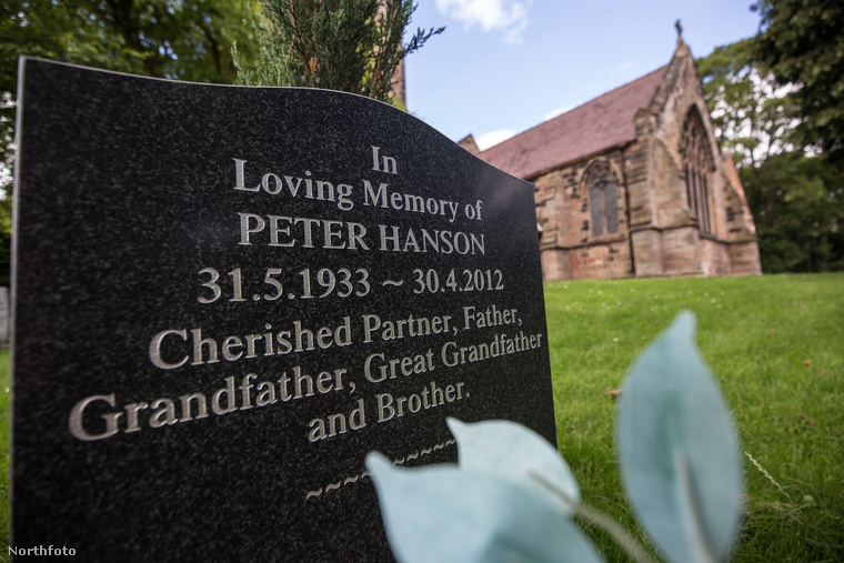Az új sírkő nem említi viszont Hanson úr feleségét, akit Dorotynak hívtak, és a férfi testvére került a gyászolók közül az utolsó helyre