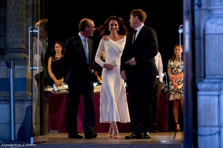 Remélhetőleg most nem fog beszólni Erzsébet királynő Katalin ruhája miatt, és a hercegnének nem kell magyarázkodnia majd azért, mert felvette ezt az 1500 fontba, vagyis több mint félmillió forintba kerülő Bardot-ruhát...