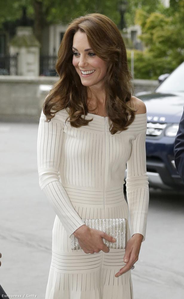 Katalin hercegné a londoni természettudományi múzeumban vett részt egy díjátadón, ahol a képen látható ruhában jelent meg