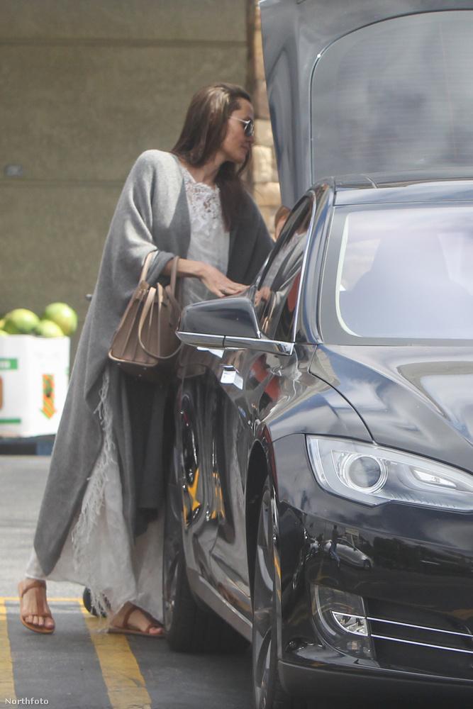 Angelina Jolie ugyanúgy pakol be a csomagtartóba, mint minden más ember.