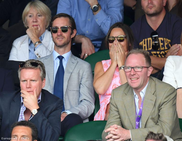 Azok a hírességek pedig, akik nem strandolnak valami meleg külföldi helyen, azok elmentek Wimbledonba, hogy teniszmeccset nézzenek