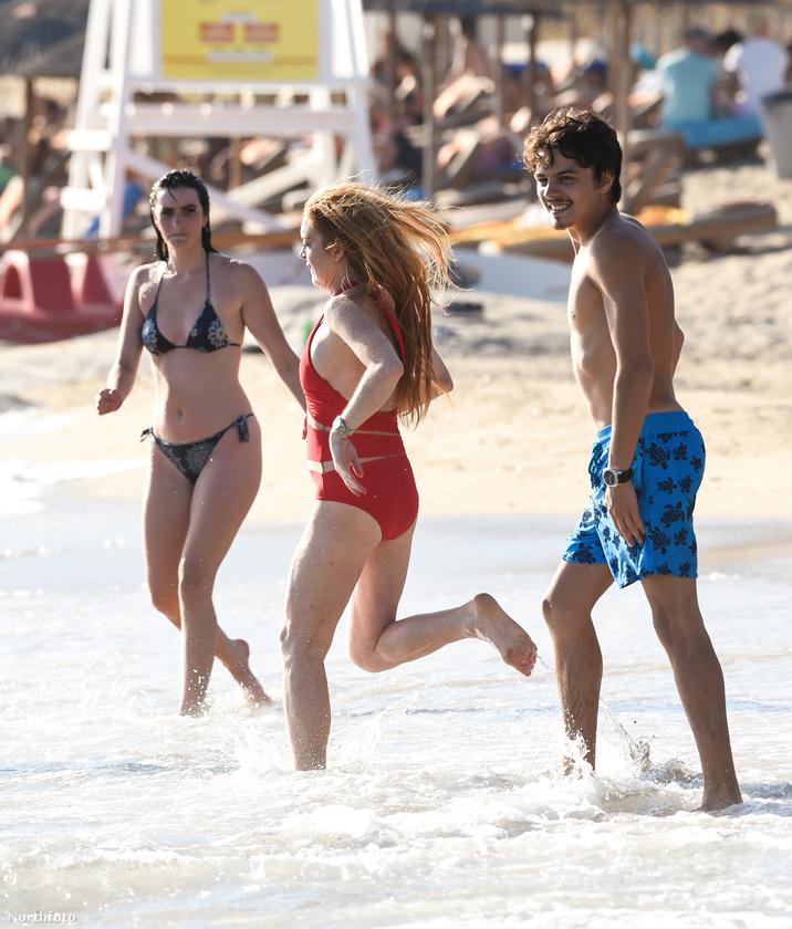 Annyira, hogy már nem csak kettesben nyaralnak, hanem Lohan családjával együtt.
