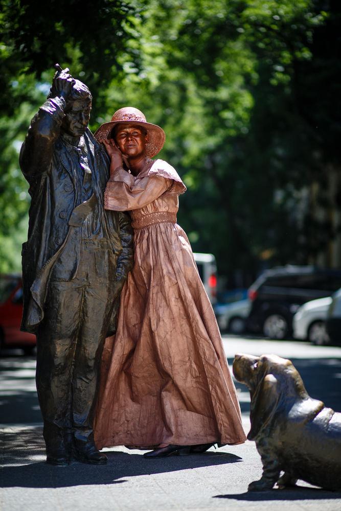 Columbo azonban vakarja a fejét, hogy mit kezdjen a mellette álló csinos hölggyel, aki nem a felesége