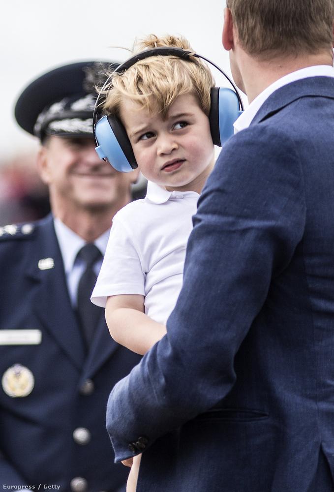 A légiparádén készült fotók alapján úgy tűnik, György majd apja és nagybátyja nyomdokaiba lép, hogy ő is pilóta lehessen.