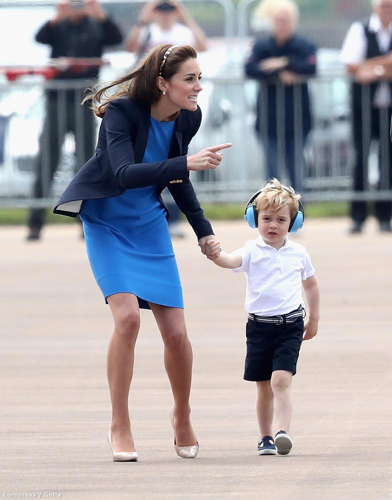 Katalin hercegné és Vilmos herceg elvitték a királyi légiparádéra elsőszülött fiukat, aki bár még csak most lesz hároméves, magabiztosan és profin sétált a repülők közt.